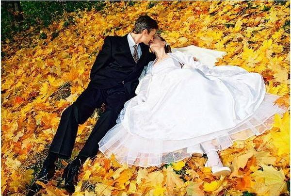 Свадьба осенью: наряды для молодоженов