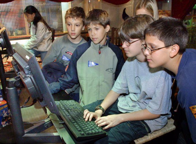 Уберите детей от экрана монитора!