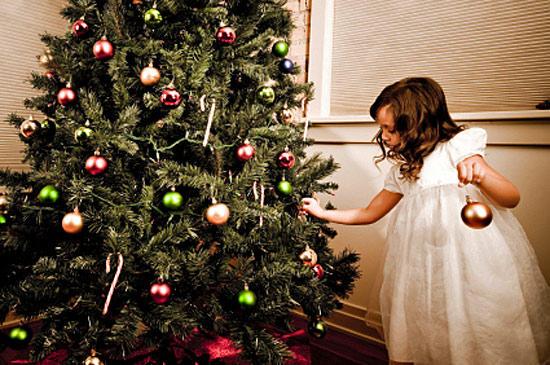 Новогодняя елка с ребенком