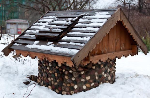 Красивый домик для колодца