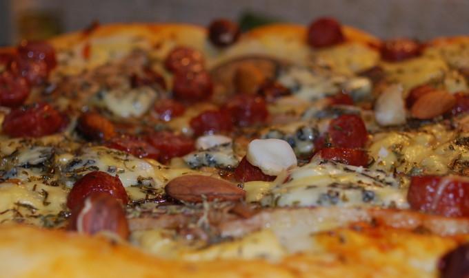 Домашняя пицца с грибами и сардельками